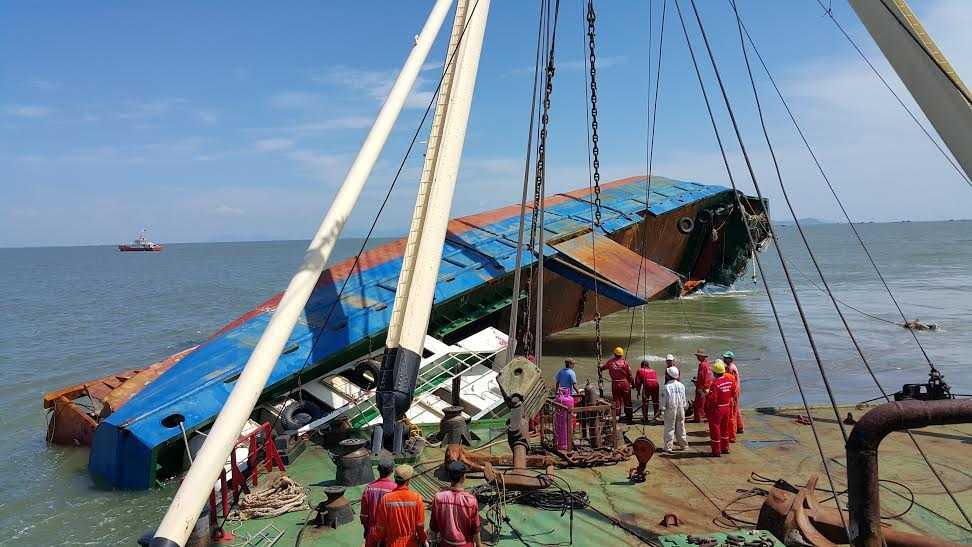 Trục vớt tàu Hoàng Phúc 18