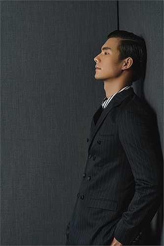 Bên cạnh những bộ suit dành cho quý ông công sở với gile, cravat chỉn chu, BST còn có những thiết kế với tông màu trẻ trung nhờ cách kết hợp áo sơ mi và len đan máy mỏng nhẹ, cho các chàng trai vẻ lịch lãm nhưng vẫn rất trẻ trung thời thượng.