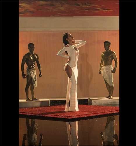 Mới đây, nữ ca sỹ Thủy Tiên đã tung ra MV mới Em đã yêu với sự đầu tư 'khủng' cho trang phục, vũ đạo.