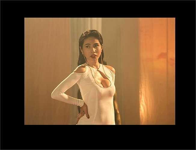 Đặc biệt, chiếc váy với phần cắt khoét táo bạo ở hông lập tức trở thành tâm điểm chú ý của dư luận.