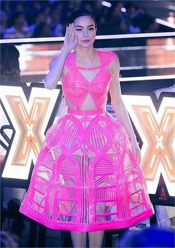 Chiếc váy hồng xuyên thấu này của Hồ Ngọc Hà từng là đề tài ồn ào trong suốt một thời gian.