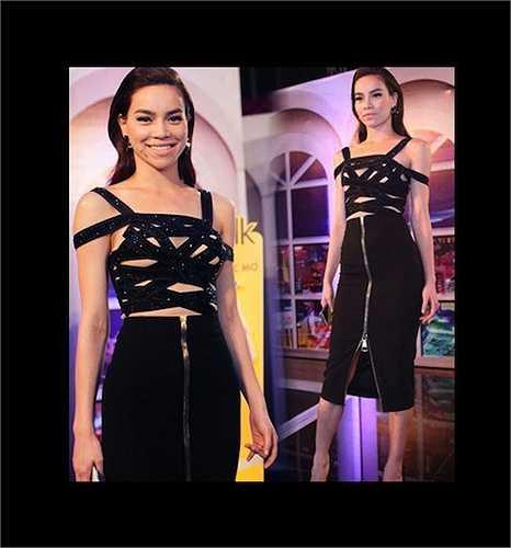 Chiếc váy quấn tông đen của Hà Hồ khi làm giám khảo X Factor bị cho là kém thanh lịch, không hợp với phong cách của cô.