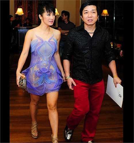 Dù đã 45 tuổi, Hồng Nhung vẫn không ngại ngần chọn váy ngắn, xuyên thấu. Tuy nhiên, trang phục này của cô bị chê là quá mỏng, lại kết hợp với tất lưới không phù hợp.