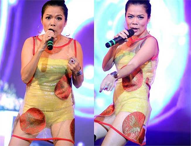 Trong đêm nhạc tưởng nhớ cố nhạc sỹ Từ Huy, Mỹ Lệ có phần lạc lõng với chiếc váy ngắn xuyên thấu.