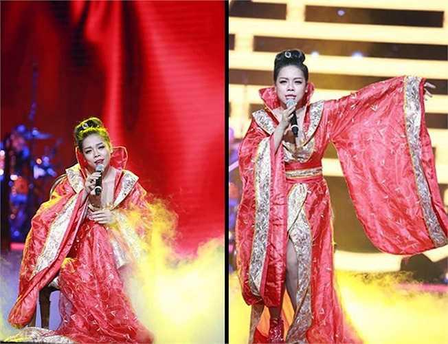 Trong chương trình Bài hát yêu thích 2014, nữ ca sỹ Hà Linh bị chỉ trích vì mặc váy hao hao trang phục cổ trang Trung Quốc để hát quan họ.(Nguồn: Dân Việt)