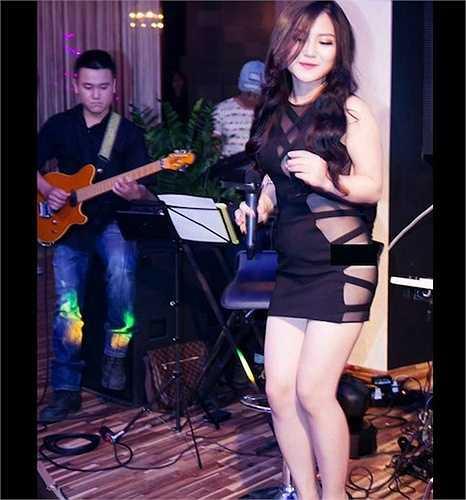 Năm 2014, Hương Tràm từng bị chỉ trích vì chọn đồ xuyên thấu kém duyên khi đi hát.
