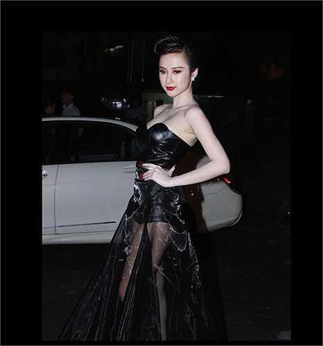 Thời gian gần đây, dù vẫn không ngừng sexy, Angela Phương Trinh đã có sự chuyển biến rõ rệt, thanh lịch hơn nhiều trong phong cách.