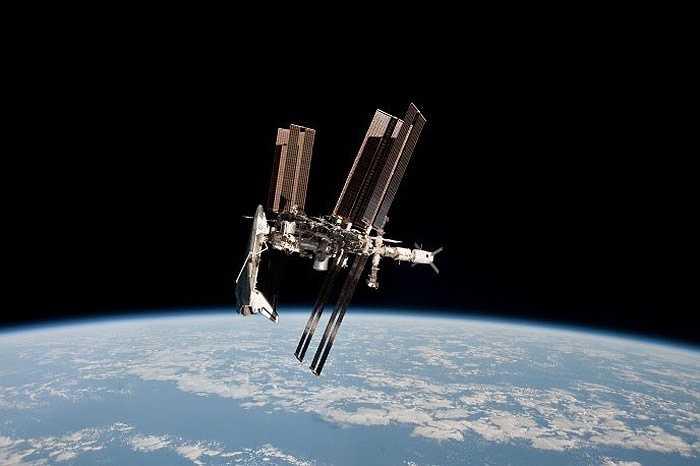 Tàu con thoi Endeavour 'cập cảng' trên ISS, ngày 23/5/2011.