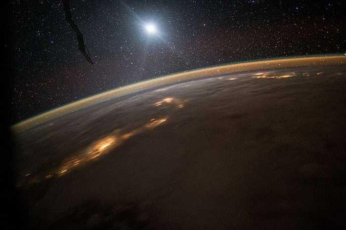 Bề mặt Trái đất với sự 'chấm phá' của nhiều lớp mây.