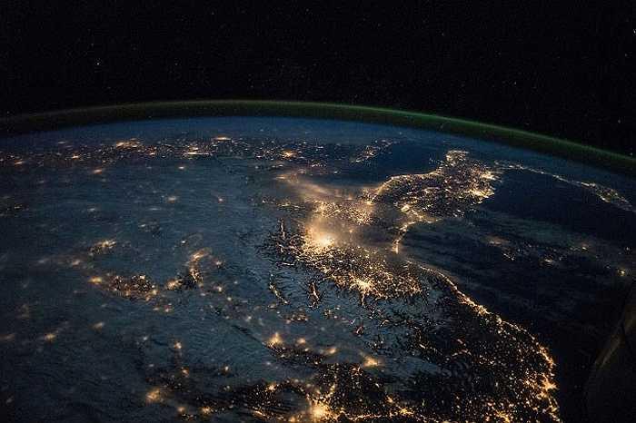 Bức ảnh được chụp khi ISS bay trên các nước Italia và Tây Ban Nha, đêm 28/3/2015.