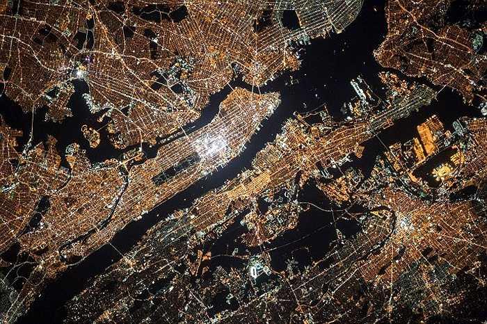 Đô thị và được bao bọc bởi những con sông dưới mặt đất, được chụp từ ISS ngày 13/9/2014.