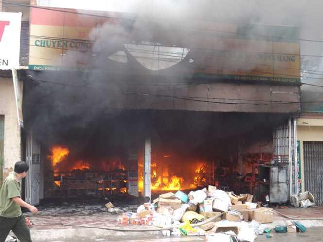 Ngọn lửa bùng cháy khắp các quầy hàng - Ảnh: Nguyễn Lê