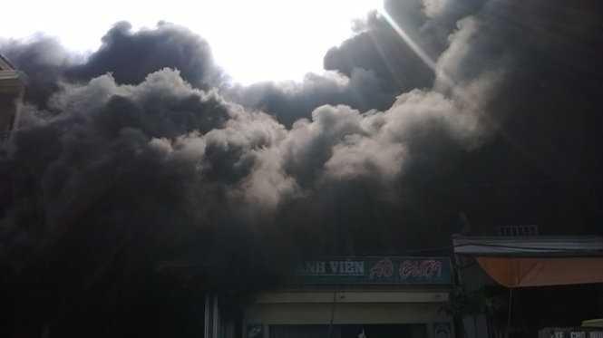 Đám cháy lan rộng sang các nhà xung quanh - Ảnh: Duy Ngợi