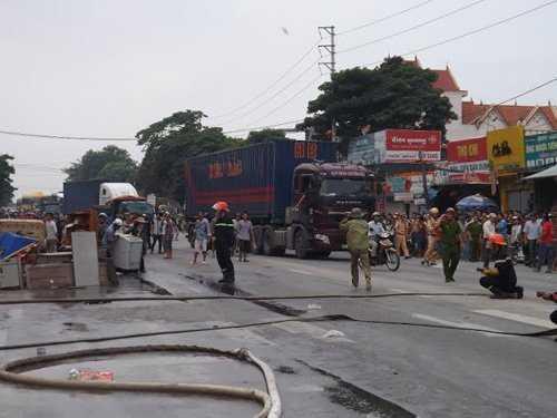 Lực lượng chức năng đang nỗ lực dập lửa (Ảnh: Dân Vịêt)