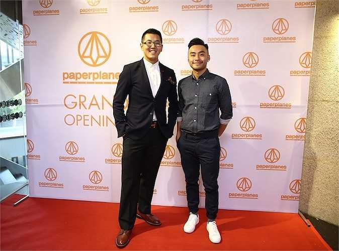 MC Dustin Phúc Nguyễn xuất hiện ngay từ khá sớm. Anh chàng cực chất với kính đen cùng sơ-mi và quần jeans xanh đậm phối cùng giày sneaker 'quốc dân' của một thương hiệu Hàn Quốc.
