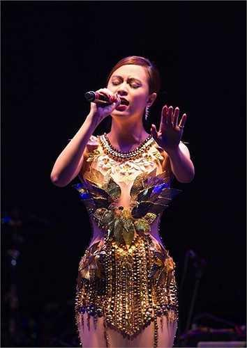 Một trang phục trong veo giúp Hoàng Thuỳ Linh gợi cảm khó cưỡng dù không khoe vũ đạo nóng bỏng.