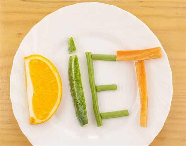 Ăn rau trong chế độ ăn: thêm trái cây và rau quả vào chế độ ăn hàng ngày sẽ giúp giảm nguy cơ ung thư. Trái cây và rau quả có nhiều chất đạm và vitamin giúp cơ thể thải ra độc tố và đồng thời bảo vệ cơ thể khỏi bệnh ung thư.