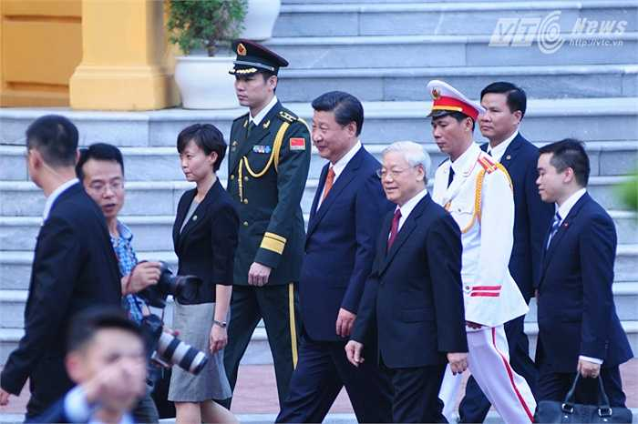 Tổng Bí thư Nguyễn Phú Trọng cùng ông Tập Cận Bình di chuyển sang Văn phòng Trung ương Đảng - Ảnh: Tùng Đinh