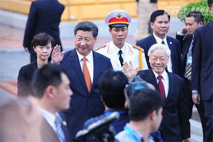 Vẫy chào các thành viên đoàn Việt Nam - Ảnh: Tùng Đinh