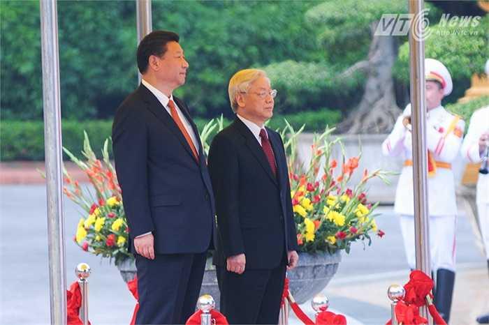 Chủ tịch Trung Quốc Tập Cận Bình làm lễ chào cờ - Ảnh: Tùng Đinh