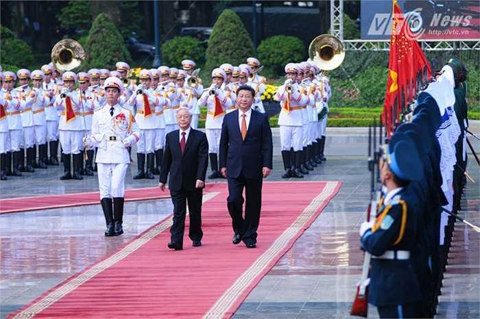 Tổng Bí thư Nguyễn Phú Trọng và Chủ tịch Trung Quốc Tập Cận Bình duyệt đội danh dự - Ảnh: Tùng Đinh