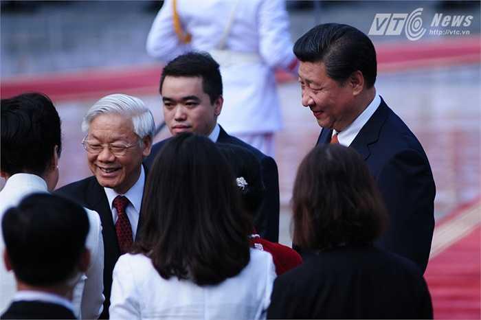 Tổng Bí thư Nguyễn Phú Trọng chào Phu nhân Chủ tịch Tập Cận Bình, bà Bành Lệ Viện - Ảnh: Tùng Đinh