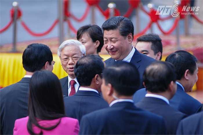 Tổng Bí thư Nguyễn Phú Trọng giới thiệu các thành viên đoàn Việt Nam với ông Tập Cận Bình - Ảnh: Tùng Đinh