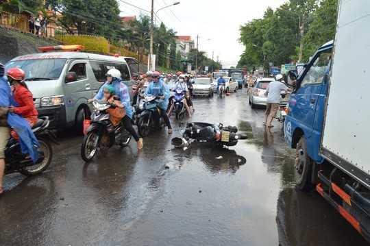 Nước chảy xiết khiến 2 xe máy va chạm với nhau, người điều khiển té xuống đường bị <a href='http://vtc.vn/oto-xe-may.31.0.html' >xe co</a>ntainer cán chết