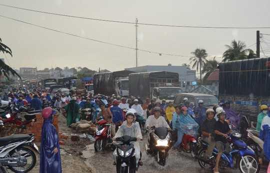 Giao thông tắc nghẽn trên tuyến đường Lê Duẩn mỗi khi mưa lớn