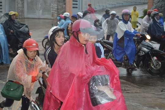 Người đi đường phải hỗ trợ nhau đẩy xe qua những đoạn nước chảy xiết