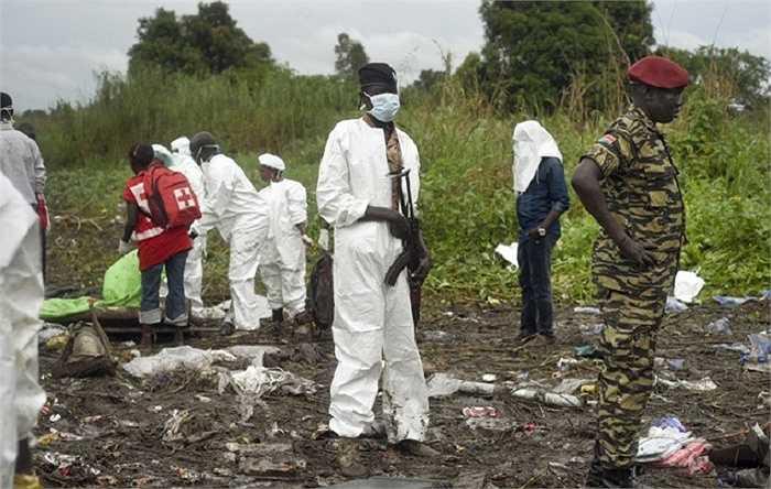 Lực lượng cứu hộ và nhân viên y tế có mặt tại hiện trường để tìm kiếm thi thể nạn nhân