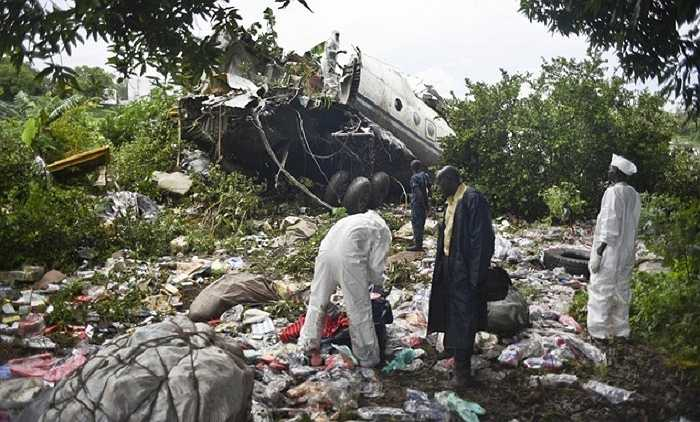 Chiếc máy bay đâm xuống bờ sông White Nile và vỡ vụn