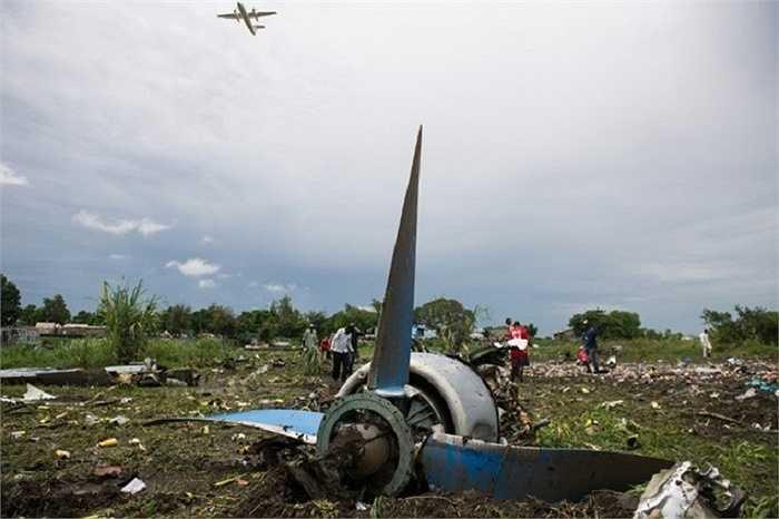 Một phần động cơ máy bay rơi tại hiện trường