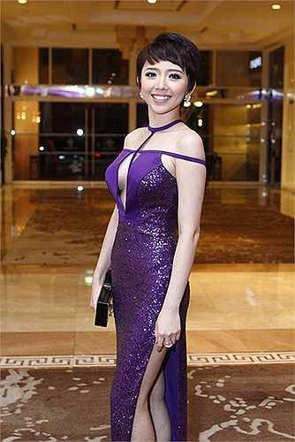 Những bộ váy diện khi đi sự kiện của Tóc Tiên luôn khiến phóng viên ảnh chú ý.