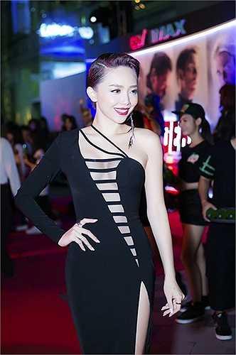 Những đường cắt xẻ táo bạo của Tóc Tiên dù gây sốc nhưng vẫn được coi là hợp thời trang quốc tế.