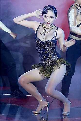 Trên sân khấu V-Pop, Tóc Tiên luôn làm mới mình bằng cả trang phục lẫn vũ đạo.