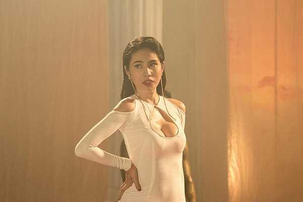 Thủy Tiên cho rằng chiếc váy của cô phù hợp với dòng nhạc EDM cô lựa chọn khi hát 'Em đã yêu'.
