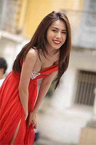 Chiếc váy với đường cut-out vòng một táo bạo nhất năm 2011.
