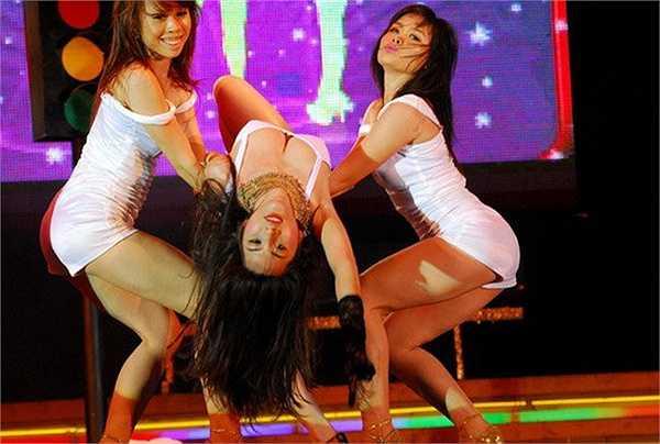 Với trang phục bó sát và hở, Thủy Tiên khoe vòng một nóng bỏng với tư thế vũ đạo sexy trên sân khấu.