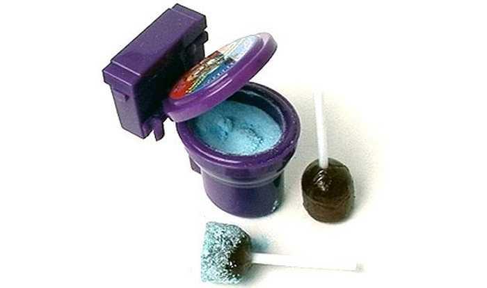 Kẹo bồn cầu: Sản phẩm này gồm một cây kẹo mút và một ít bột kẹo. Sẽ chẳng có gì đặc biệt nếu bột kẹo không được đựng trong chiếc bồn cầu và kẹo mút trông giống như một thiết bị thông tắc bồn cầu. Kẹo được ăn hết cũng là lúc chiếc bồn cầu đã được 'vệ sinh' sạch sẽ.