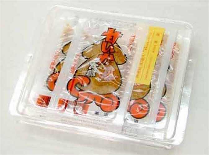 Kẹo mực: Là một quốc đảo, đời sống của người dân Nhật gắn liền với biển. Các món ăn vặt của Nhật cũng không thể thiếu hương vị hải sản và kẹo mực là một trong số những món ăn độc đáo đó. Những viên kẹo này có thể mang vị ngọt hoặc mặn, vị mực khô hoặc thậm chí, có cả vị kim chi chua cay.