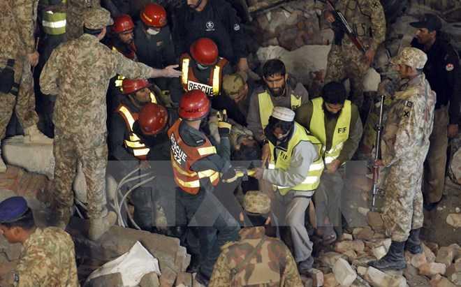 Lực lượng cứu hộ tìm kiếm các nạn nhân trong vụ sập nhà máy