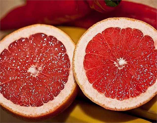 Bưởi: chứa khoảng 91 %  là nước. Bưởi rất giàu vitamin C, có nhiều chất xơ hòa tan. Chất naringenin- một flavonoid có trong bưởi giúp tăng sự nhạy cảm của insulin. Hãy ăn khoảng nửa quả bưởi mỗi ngày để kiểm soát lượng đường trong máu.
