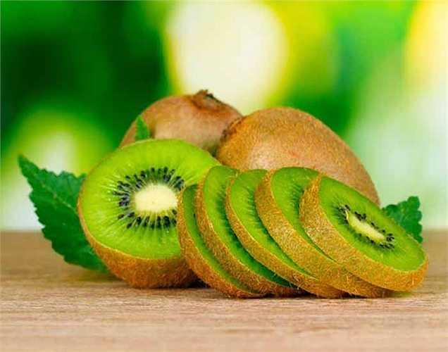 Kiwi: là trái cây an toàn cho bệnh tiểu dường. Trái cây tuyệt vời này là công trình kỳ diệu với bệnh tiểu đường. Kiwi chứa nhiều beta-carotene, flavonoid, vitamin A, C và E và kali. Hơn nữa, kiwi là ít hydrat-cacbon và giàu chất xơ giúp giảm cholesterol và giúp kiểm soát lượng đường trong máu.