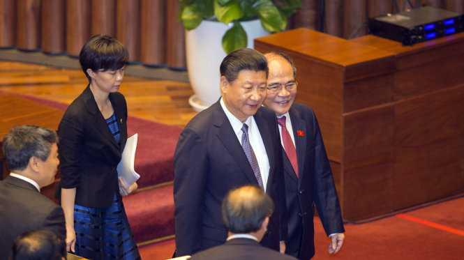 Chủ tịch Quốc hội Nguyễn Sinh Hùng (phải) thay mặt Quốc hội đón ông Tập Cận Bình -