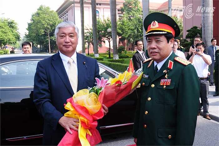 Bộ trưởng Nakatani Gen nhận hoa từ Bộ trưởng Quốc phòng, Đại tướng Phùng Quang Thanh