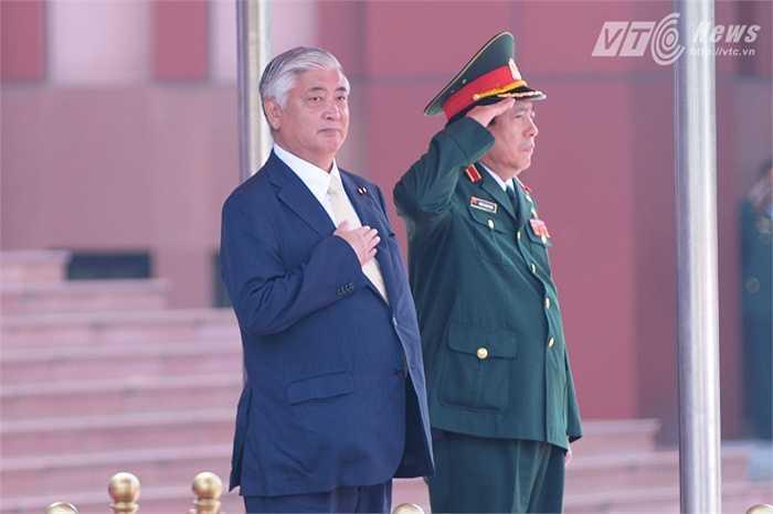 Hai bộ trưởng làm lễ chào cờ