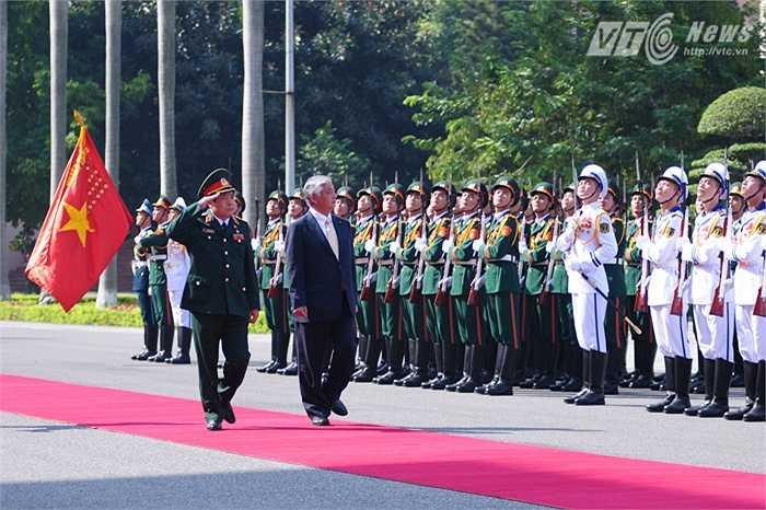 Đại tướng Phùng Quang Thanh và Bộ trưởng Nakatani Gen duyệt đội danh dự Quân đội nhân dân Việt Nam