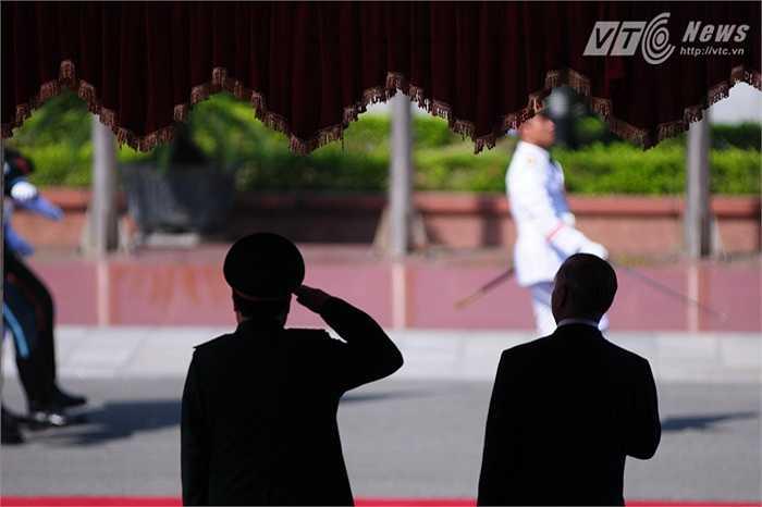 Hai bộ trưởng duyệt đội danh dự đi qua lễ đài