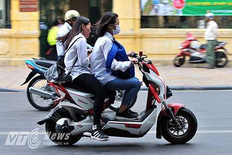Mặc dù quy định xử phạt người đi xe đạp điện không đội mũ bảo hiểm có hiệu lực từ ngày 10/4/2015, cơ quan chức năng cũng đã tổ chức nhiều đợt ra quân xử phạt và áp dụng nhiều biện pháp, chế tài để nâng cao ý thức chấp hành của người tham gia giao thông. Tuy nhiên cho đến nay, tình trạng học sinh đi xe đạp điện không đội mũ bảo hiểm vẫn diễn ra hết sức phổ biến.